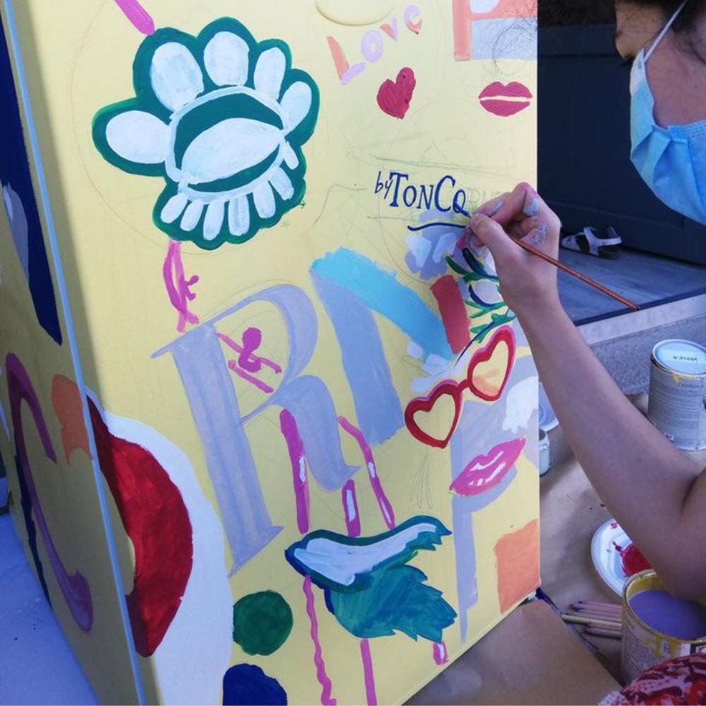 """Cum am transformat un frigider banal într-o """"operă de artă"""" cu ajutorul culorilor Ressource"""
